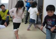 仮設住宅の外からも子どもたちが自然と集まり、地域のコミュニティがつながり始めている。